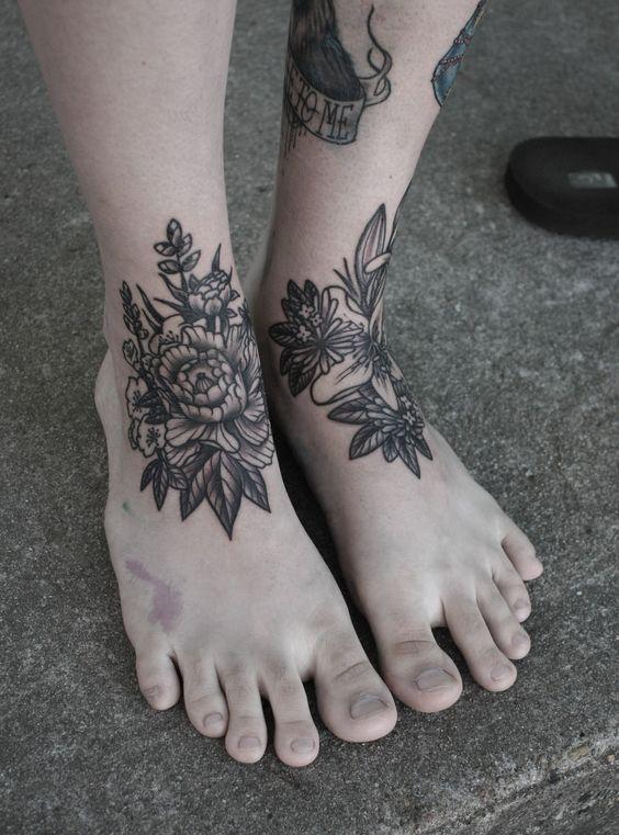 flores en los pies tatuados