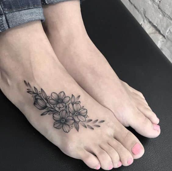 flores tatuadas en el pie