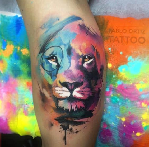 leon con colores tatuaje