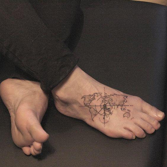mapa tatuado en el pie