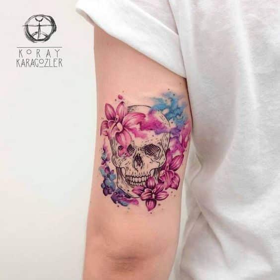 mujer tatuaje de craneo