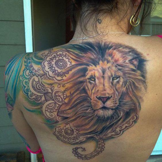 mujer tatuaje de leon