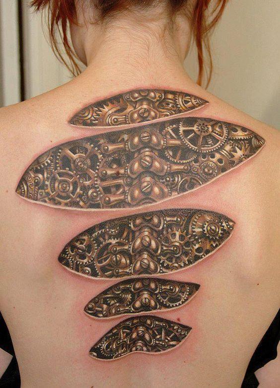 mujer tatuaje mecanico