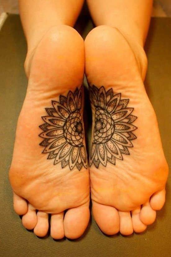 mujeres loto tatuado en planta del pie