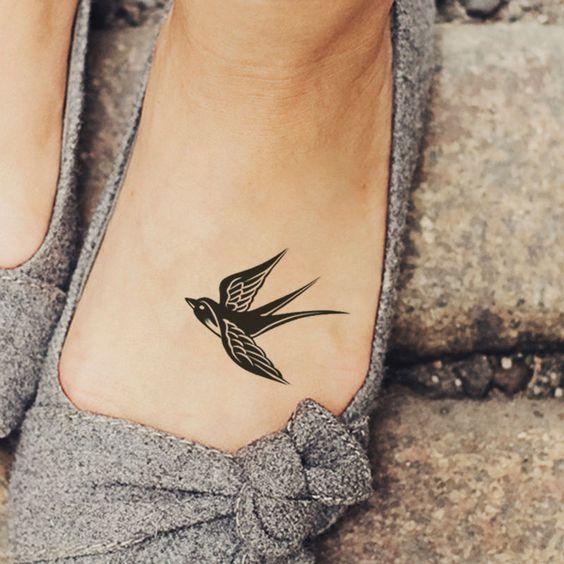 pajaro tatuado en el pie