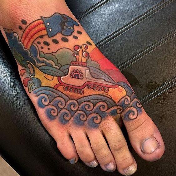 tatuaje a color en el pie hombres