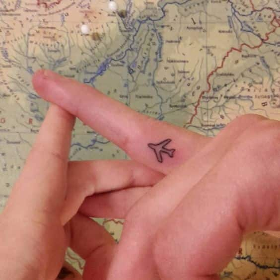 avion en el dedo tatuado