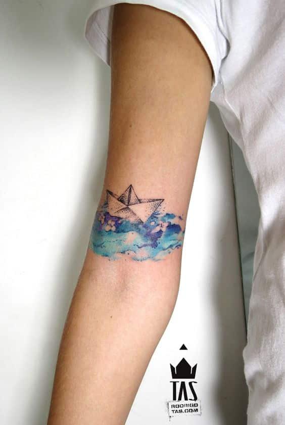 barco de papel tatuado