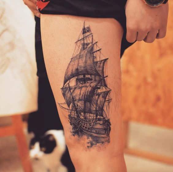 barco tatuado en la pierna