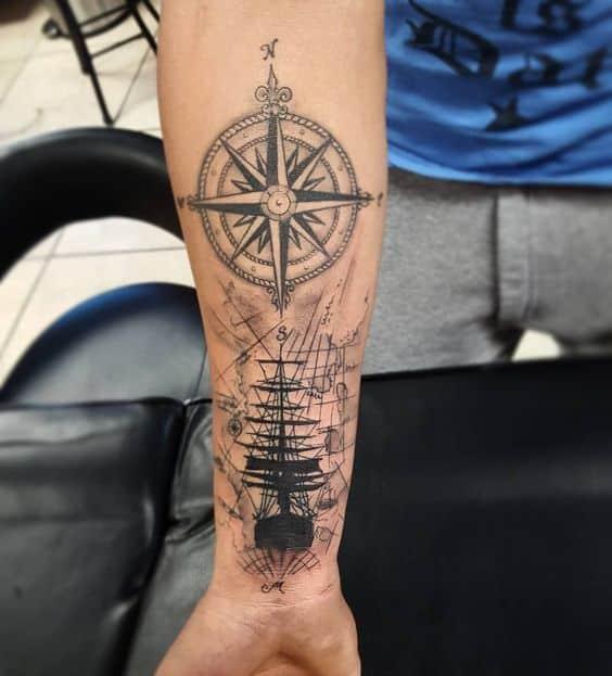 barco y ejes cardinales tatuado