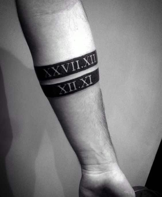 brazalete estilo romano tatuado