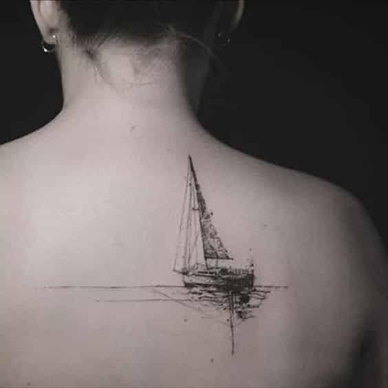 espalda barco tatuado