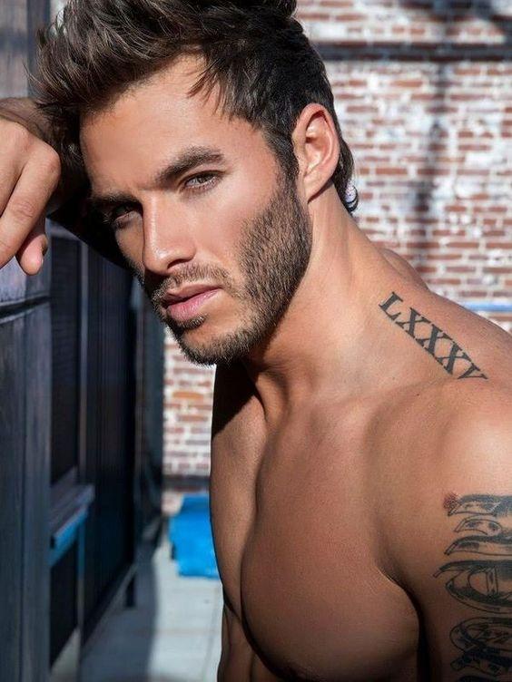 hombres hombro tatuado
