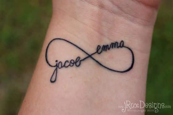 letras e infinito tatuados