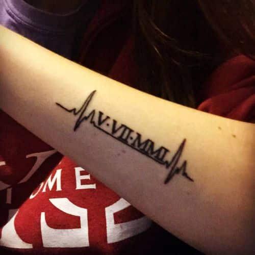numeros y onda de sonido tatuados