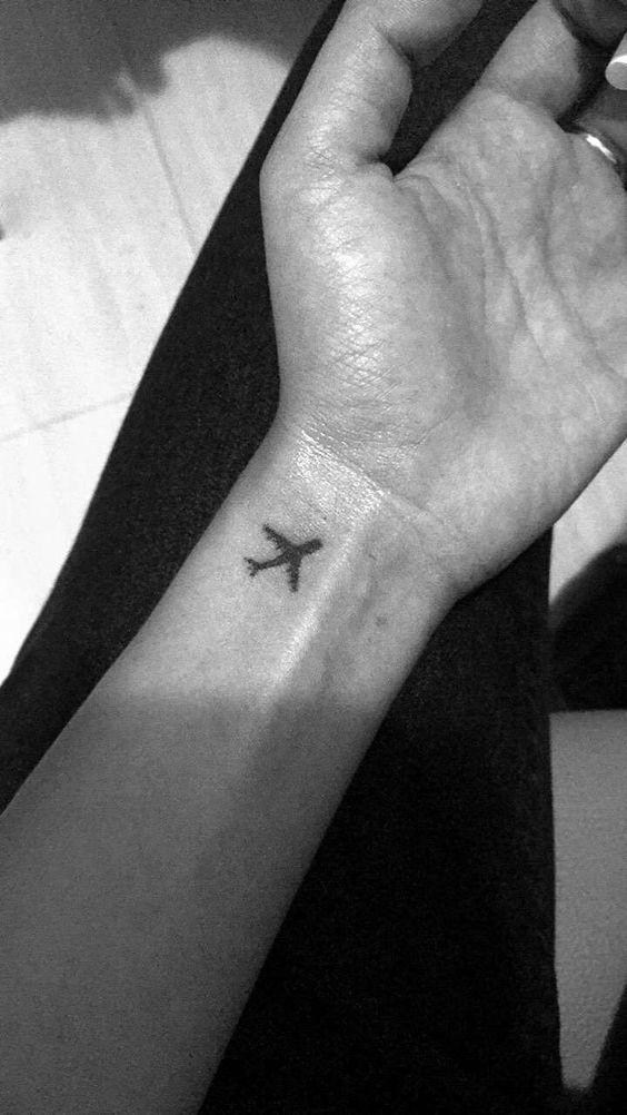 pequeño avion en la muñeca tatoo