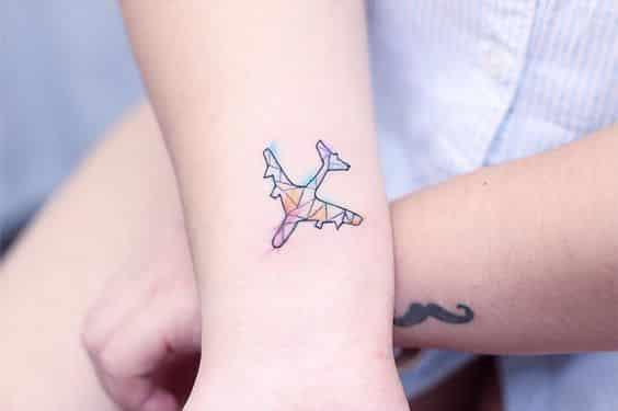 tatuaje de avion estilo geometrico