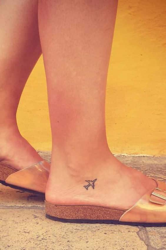 tatuaje en el tobillo avion