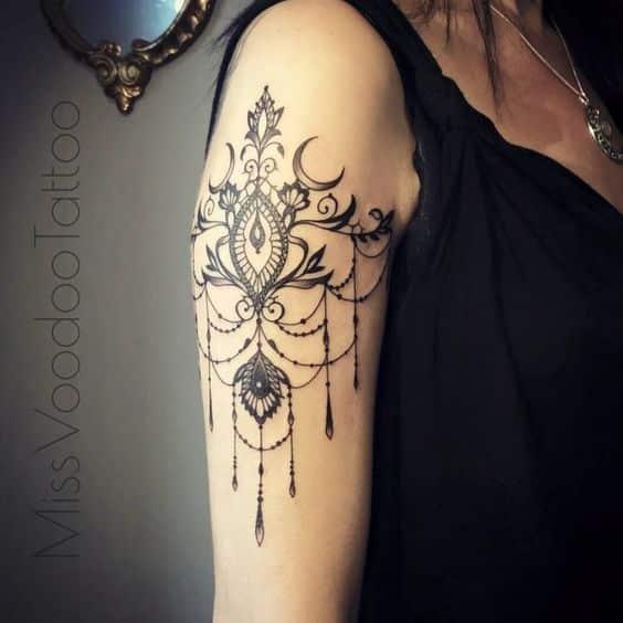 tatuaje gotico en el brazo