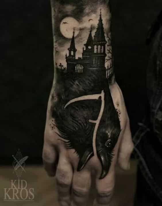 tatuaje gotico en la mano