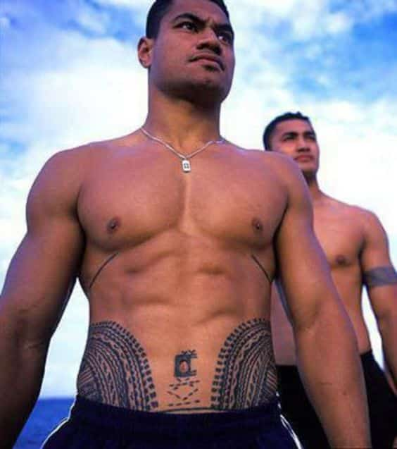 abdomen bajo tatuado hombres 3 - Tatuajes en el abdomen con diferentes diseños y tamaños