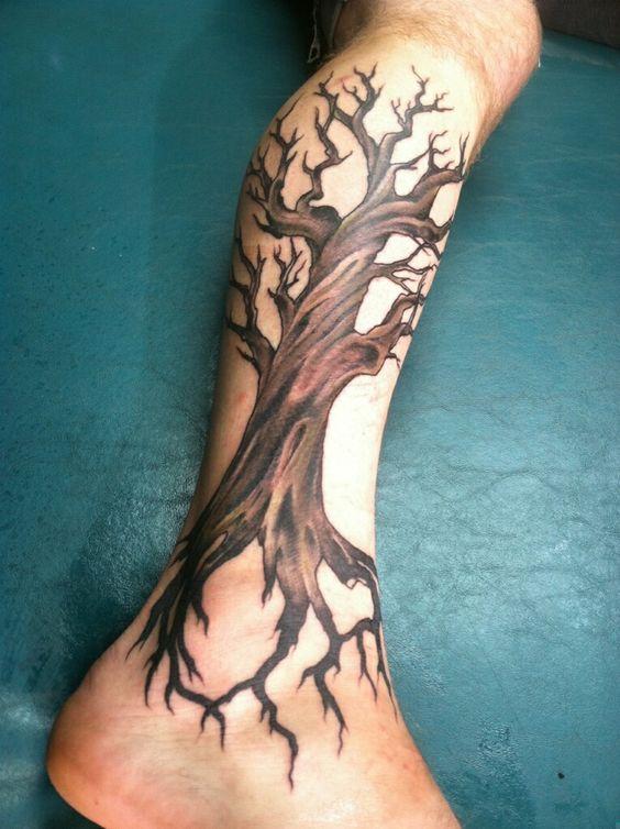 arbol muerto tatuado en la pierna