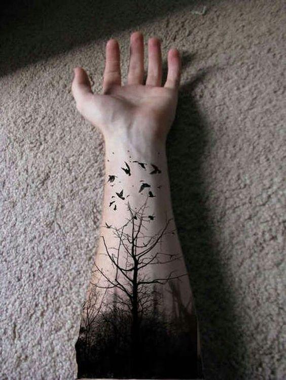 arbol seco en el brazo tatuado