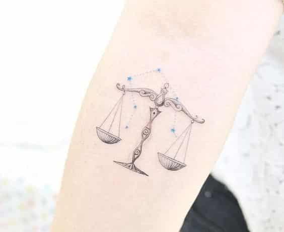 aries simbolo y tatuaje en la mano