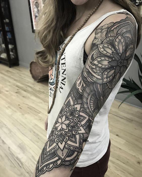 brazo mujer mandala tatuado