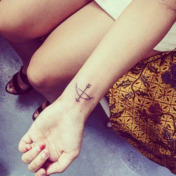 chicas tatuaje flecha