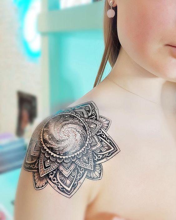 diseño de mandala en el hombro