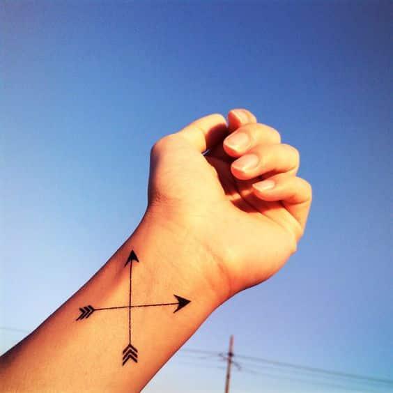 flechas cruzadas en la mano