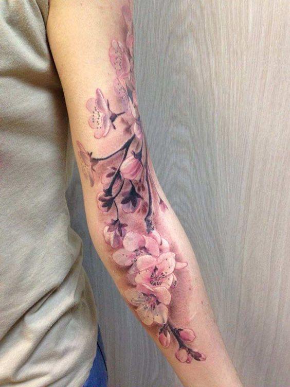 flor de cerezo tatuaje en brazo