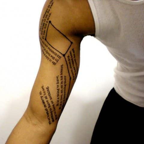 frases y constelacion tatuaje