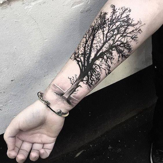 hombres arbol tatuado