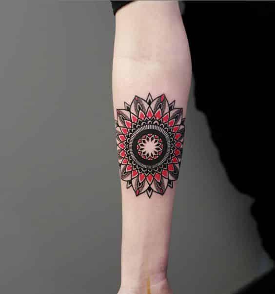hombres con tatuaje de mandala