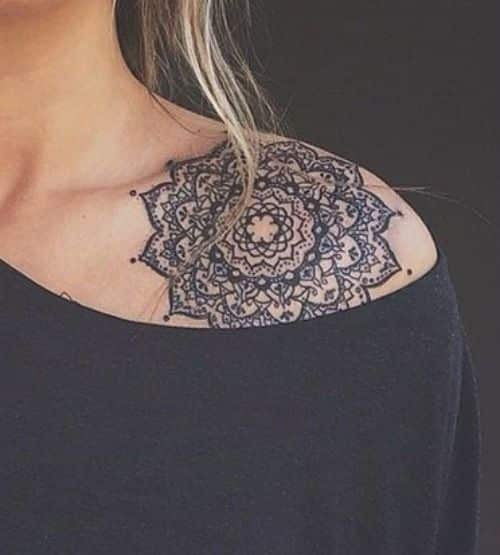 hombro tatuado con mandala