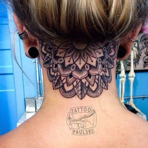 mandala en el cuello tatuado