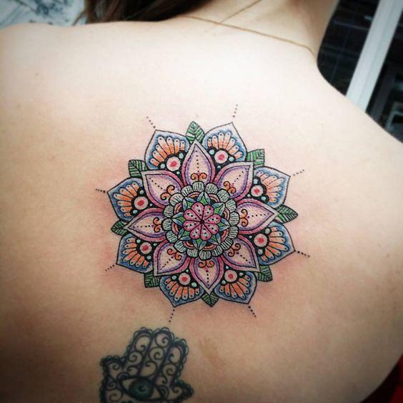 mandala en la espalda a color