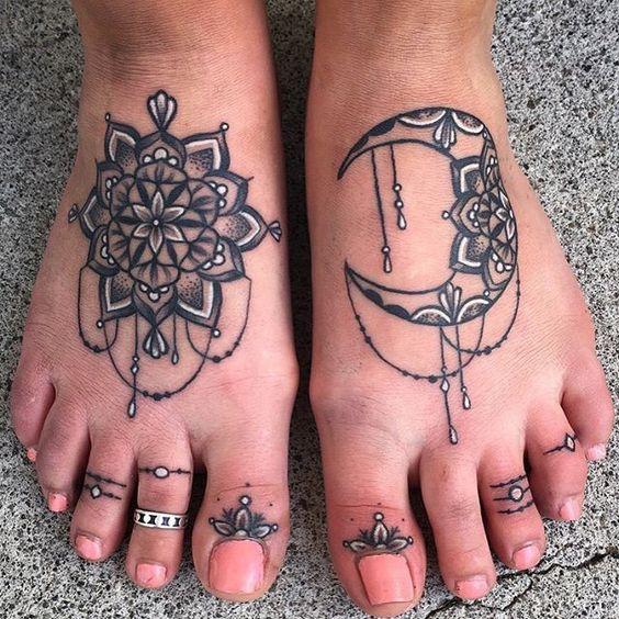 mandala en los dos pies tatuaje