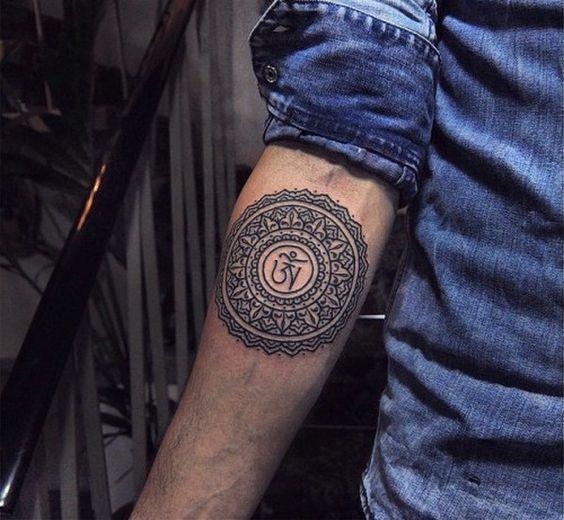 mandala tatuado en el brazo
