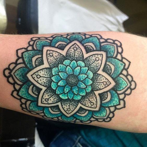 mandala verde tatuado