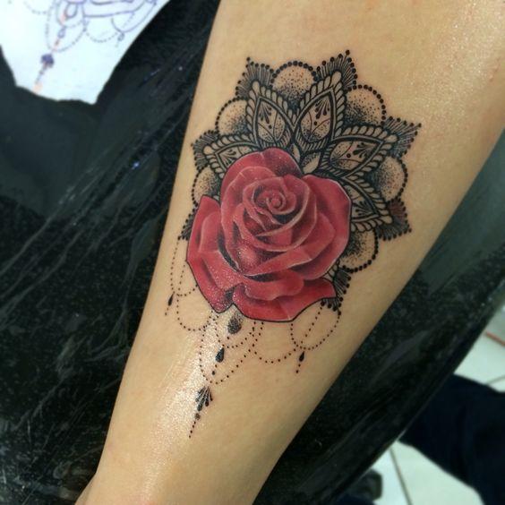 mandala y rosa tatuada