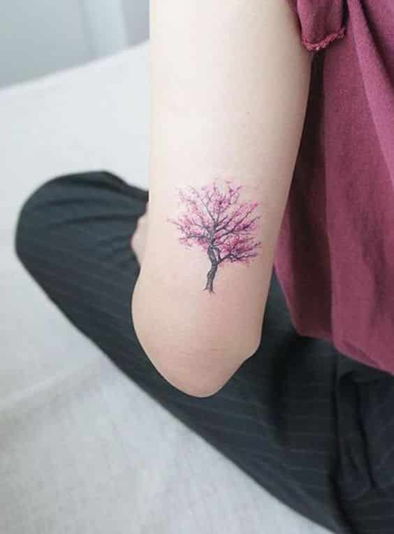 pequeño arbol de cerezo tatuado