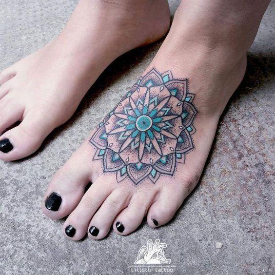 tatuaje de mandala a color en la pierna