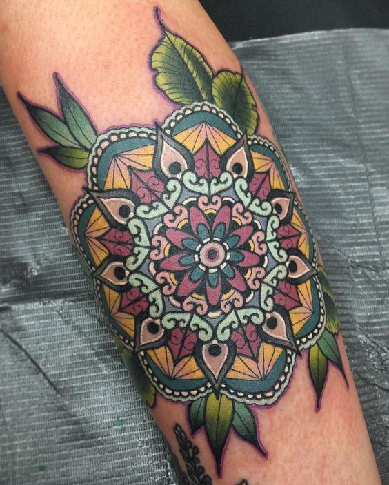 tatuaje de mandala a color