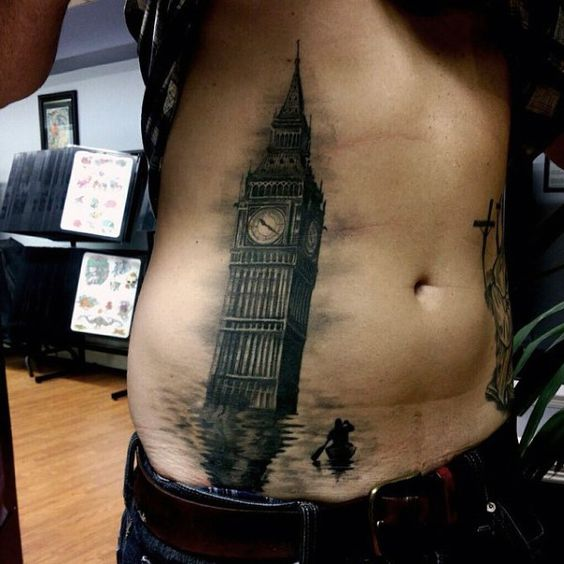 tatuaje hombre en costado 3 - Tatuajes en el abdomen con diferentes diseños y tamaños