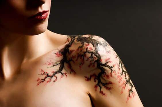 tatuaje mujer arbol de cerezo