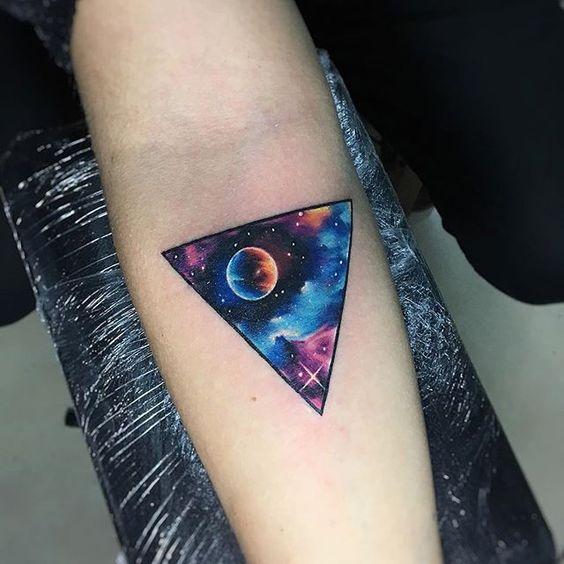 Tatuaje De Triángulo A Color Fondo Espacial
