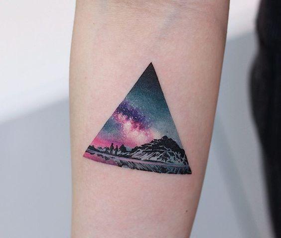 Tatuaje De Triángulo A Color Fondo Espacio Montañas